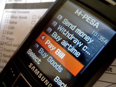Le mobile money transforme l'économie informelle en Afrique