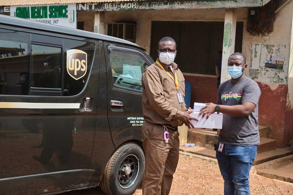 Jacob Dwamena (à gauche), qui conduit des camions secs et réfrigérés pour UPS, est un maillon important d'une vaste chaîne de spécialistes de la logistique chargés d'acheminer les vaccins en toute sécurité des installations de fabrication jusqu'au destinataire. Au début du 24 février, M. Dwamena et ses homologues de Zipline étaient à l'aéroport international de Kotoka à Accra pour accueillir le premier envoi de COVAX, prêt à escorter des boîtes de vaccins jusqu'aux points d'entreposage frigorifique, puis jusqu'aux centres de santé.
