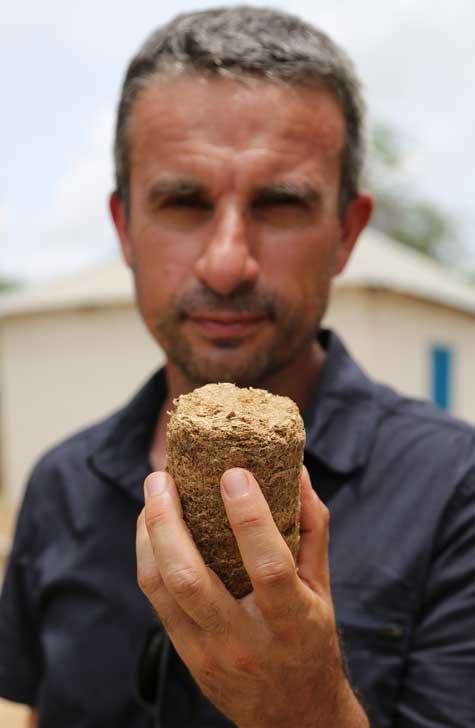 Du bio charbon conçu à partir de coques d'arachides compressées au Sénégal
