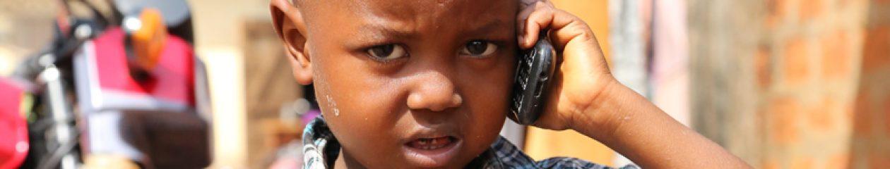 cropped-jeune-telephone-mobile-afrique.jpg