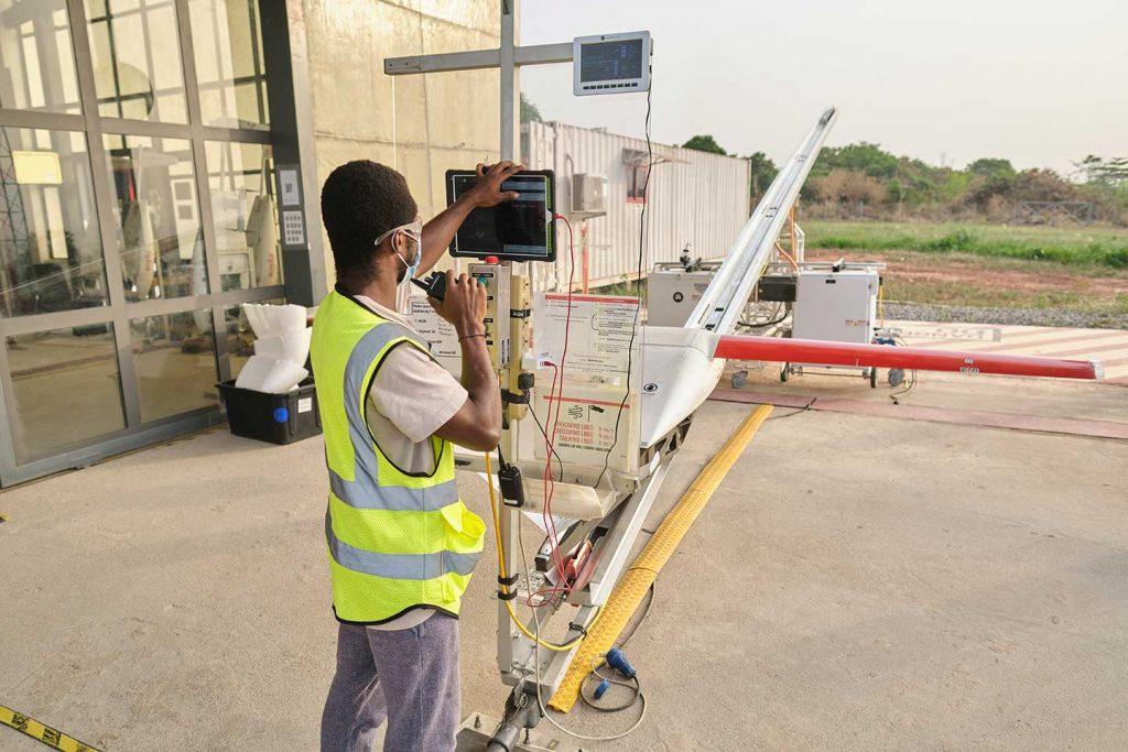 Le 2 mars, le centre de santé d'Asuofua, dans la région d'Ashanti au Ghana, est devenu le premier centre de santé au monde à recevoir un lot de vaccins COVID-19 par drone. Les doses de COVAX, qui étaient arrivées à Accra une semaine plus tôt dans le cadre d'une cargaison de 600 000 vaccins fabriqués par le Serum Institute of India, ont été collectées par des agents de santé après un largage en parachute précisément ciblé. À la fin de la journée, Zipline, le premier service de livraison de drones à l'échelle nationale, avait largué un total de 36 livraisons de vaccins COVID-19, facilitant ainsi 4 500 vaccinations.