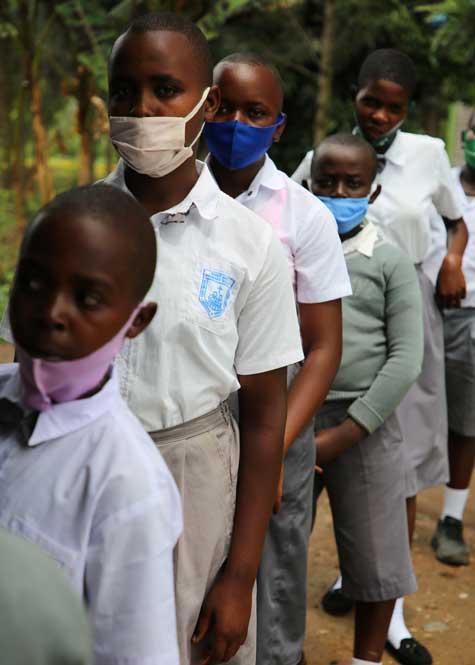 Fin 2020 des systèmes de collecte (tontine) par mobile monnaie permettent au écoles en milieu rural au Rwanda de financer des repas et donc de maintenir les enfants scolarisés en période de pandémie. Photo T. Barbaut