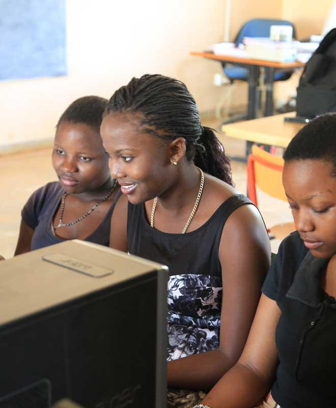 Au Malawi les écoles hébergent des HUB du numérique pour intégrer l'apprentissage du numérique auprès des jeunes. Photos T. Barbaut