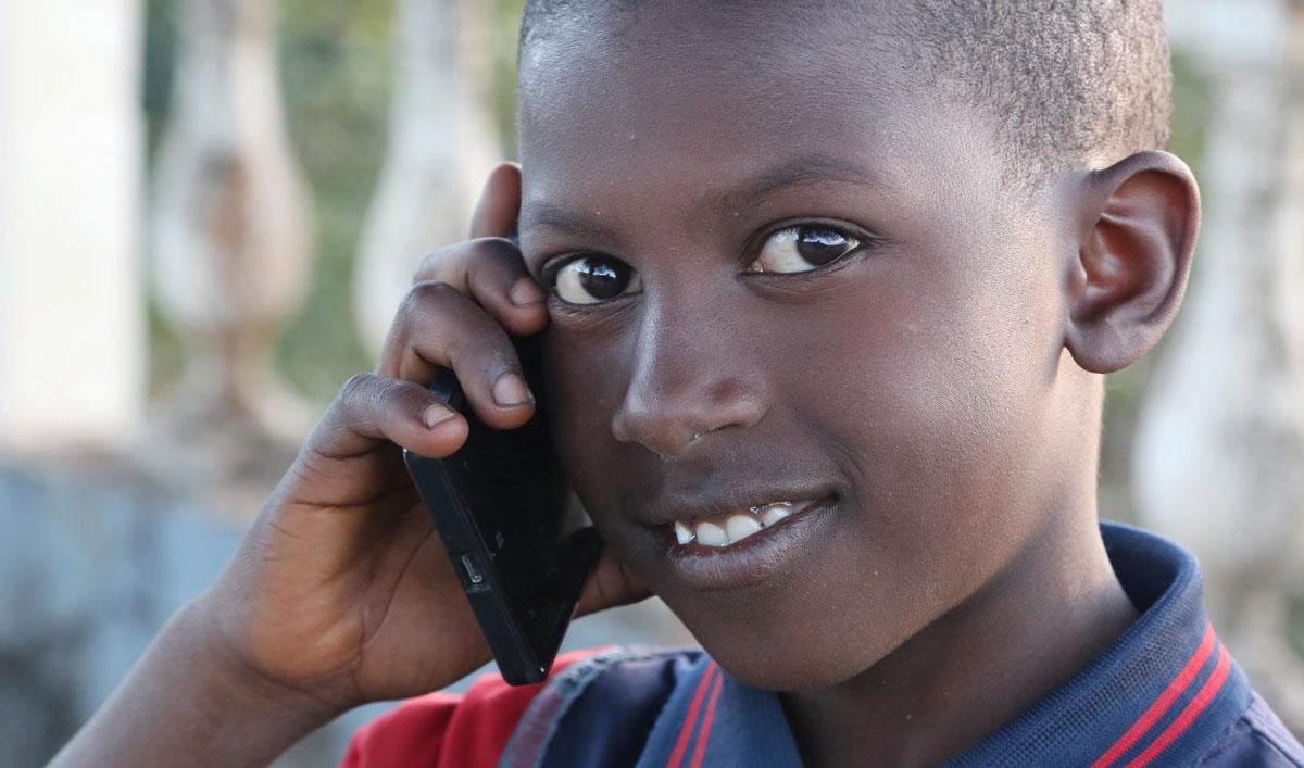 jeune-africain-telephone-mobile-afrique
