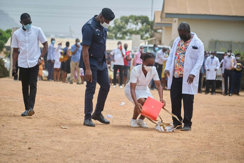 Un agent de santé du centre de santé d'Asuofua ramasse une boîte de vaccins COVAX COVID-19. Les drones de la ligne de zonage éjectent leurs charges utiles parachutées sur des zones de largage prédéterminées et précisément ciblées dans les centres de santé. A la fin de la journée du 2 mars, Zipline avait largué un total de 36 livraisons de vaccins COVID-19, facilitant ainsi 4 500 vaccinations.