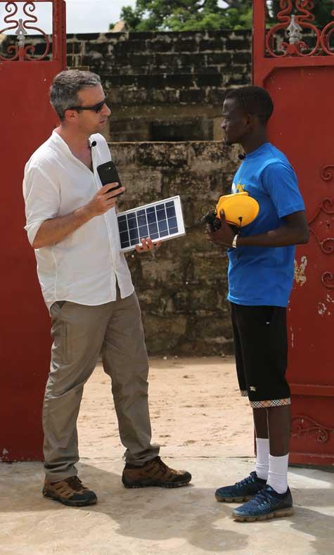 Au Sénégal, MOON propose des kits solaires connectés dans des régions ou les coupures de courant dépassent 160 jours par an.